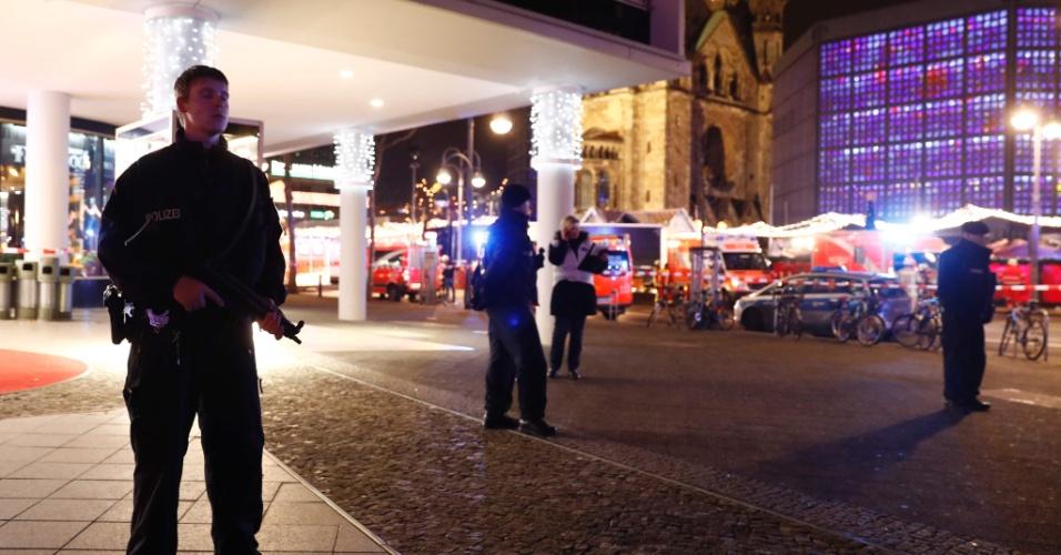19.dez.2016 - Feira natalina é isolada após ataque de caminhão no oeste de Berlim, na Alemanha
