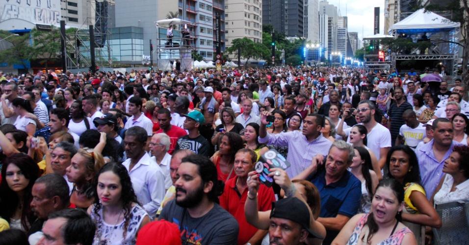 31.dez.2016 - Multidão reunida na avenida Paulista, no começo da noite, para acompanhar as comemorações da chegada de 2017, em São Paulo