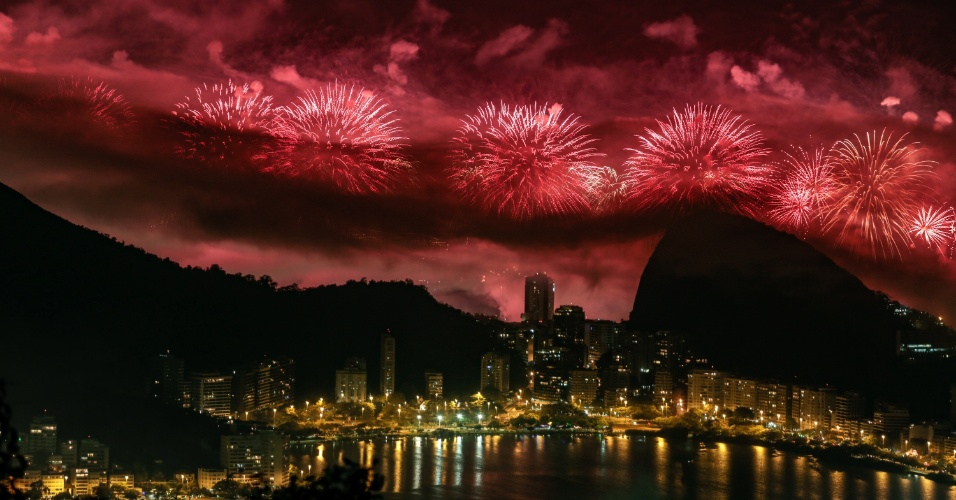 1.jan.2017 - Queima de fotos de Réveillon de Copacabana, maior festa de Ano Novo do Brasil