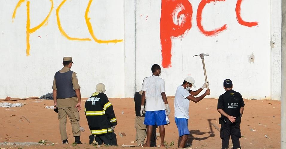 15.jan.2017 - Corpos são escavados da areia do presídio de Alcaçuz após briga entre facções terminar com ao menos 27 detentos mortos próximo a Natal (RN)