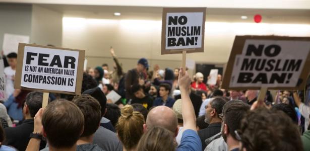 Protesto contra bloqueio de imigrantes, determinado por Trump em janeiro
