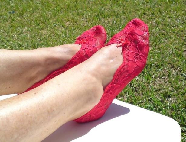 Lingerie para pés, feita pela empresa As Moças Que Costuram, de Porto Alegre