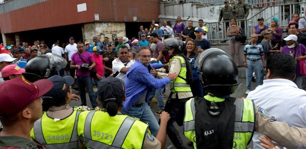 Polícia intervém em briga entre opositores e simpatizantes do presidente Nicolás Maduro do lado de fora da igreja Santa Therese, em Caracas