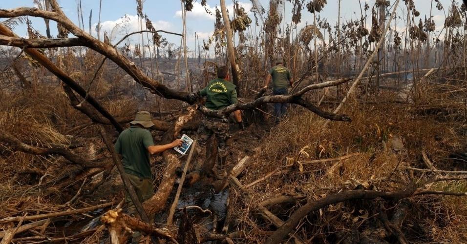 Agentes do Ibama verificam área de floresta queimada na região sul do Amazonas, durante 'Operação Onda Verde'