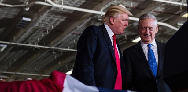 O presidente dos EUA, Donald Trump, e o secretário de Defesa James Mattis na estação naval de Norfolk, em Virgínia
