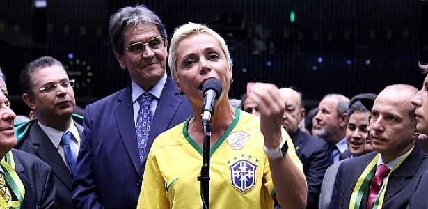 Roberto Jefferson (ao fundo) e a filha Cristiane Brasil