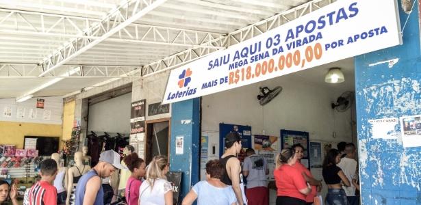 Apostadores fazem fila na Lotérica Parelheiros, em São Paulo: 3 bilhetes premiados da Mega da Virada saíram no local