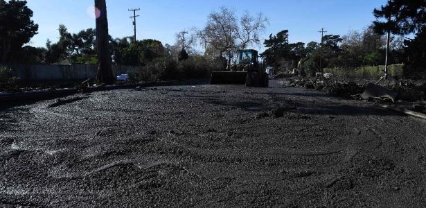 Máquina limpa a lama de rodovia perto de Montecito, depois do deslizamento de terra que atingiu a cidade (10.jan.2018)
