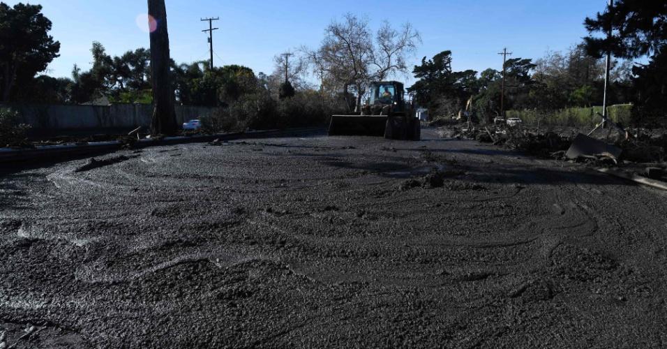 10.jan.2018 - Máquina limpa a lama de rodovia perto de Montecito, depois do deslizamento de terra que atingiu a cidade