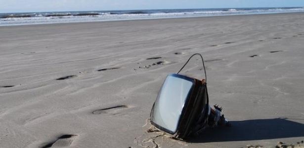 Até TV já foi encontrada nas praias brasileiras