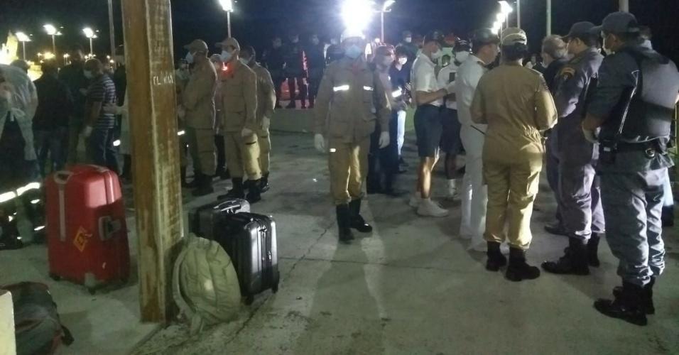 20.mai.2018 - Movimentação no cais de São José Ribamar (MA) após o resgate de uma embarcação à deriva com 27 pessoas a bordo