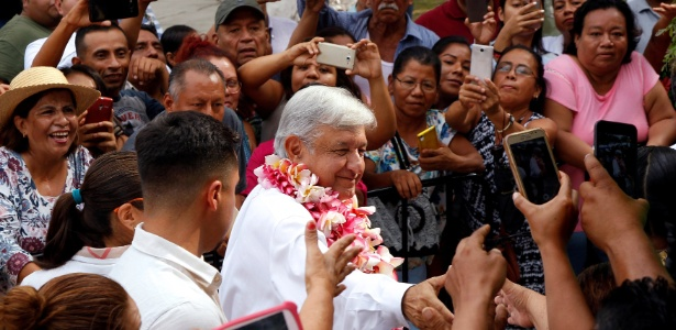 19.set.2018 - Presidente eleito do México Andrés Manuel López Obrador, cumprimenta população em Ixtepec, estado de Oaxaca - REUTERS/Jorge Luis Plata