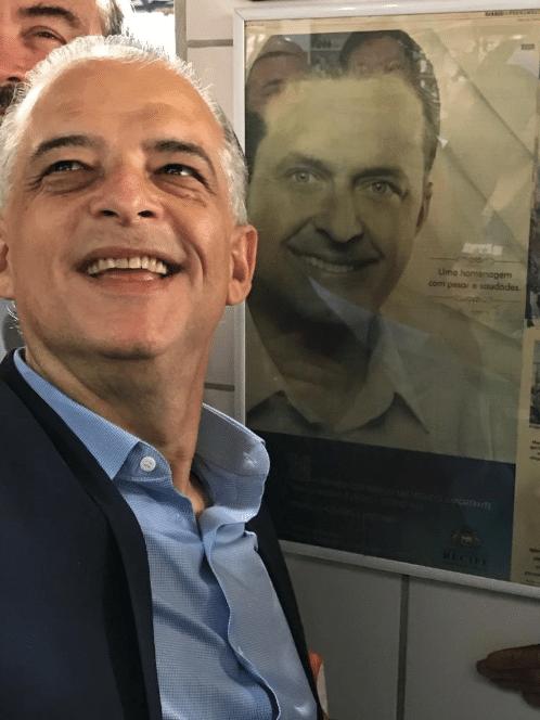 """O candidato a governador de SP, Márcio França, encerrou a campanha na Baixada Santista e postou uma homenagem a Eduardo Campos em seu Twitter: """"Eduardo, eu não desisti do Brasil, como você pediu"""""""