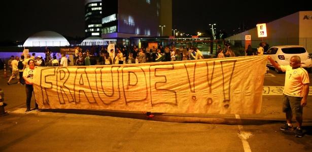 Apoiadores de Jair Bolsonaro (PSL) fazem protesto em frente ao TSE, em Brasília (DF). Eles afirmam que houve fraude na eleição e pedem o voto impresso