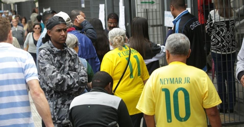 Eleitores votam com camisetas da seleção brasileira a Faculdade Oswaldo Cruz, na Barra Funda, em São Paulo
