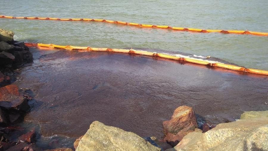 Por causa da grande mancha de óleo, a praia dos Artistas, no bairro de Coroa do Meio, em Aracaju, teve de ser interditada - Divulgação/Adema