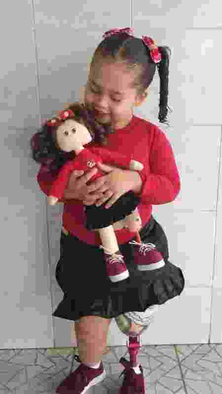 Gabrielly brinca com boneca com prótese na perna semelhante à sua - Arquivo pessoal