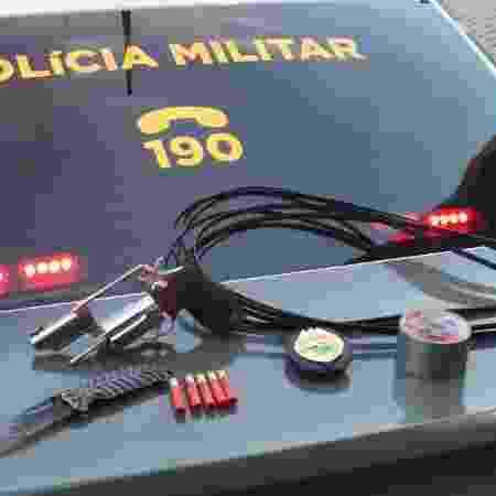 Arma, faca e rolo de fita adesiva foram apreendidos com o suspeito - Divulgação/PM-PR