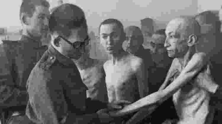 Sobreviventes de Auschwitz sendo examinados por médicos soviéticos após a libertação do campo em 27 de janeiro de 1945 - Getty Images