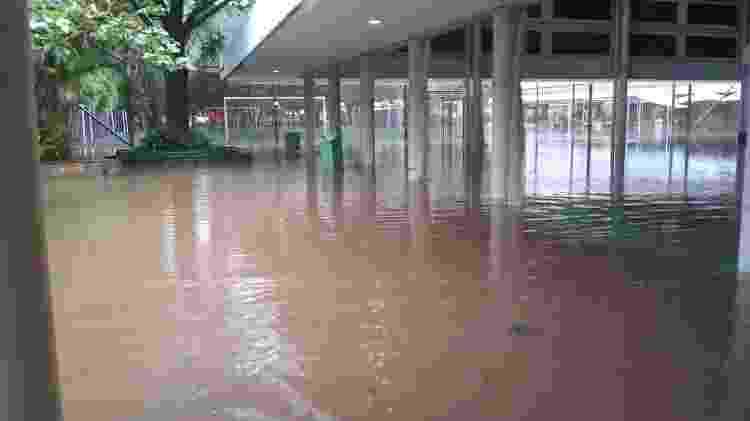Pátio do colégio Santa Cruz, na zona oeste de São Paulo, fica alagado após chuva - Reprodução/WhasApp