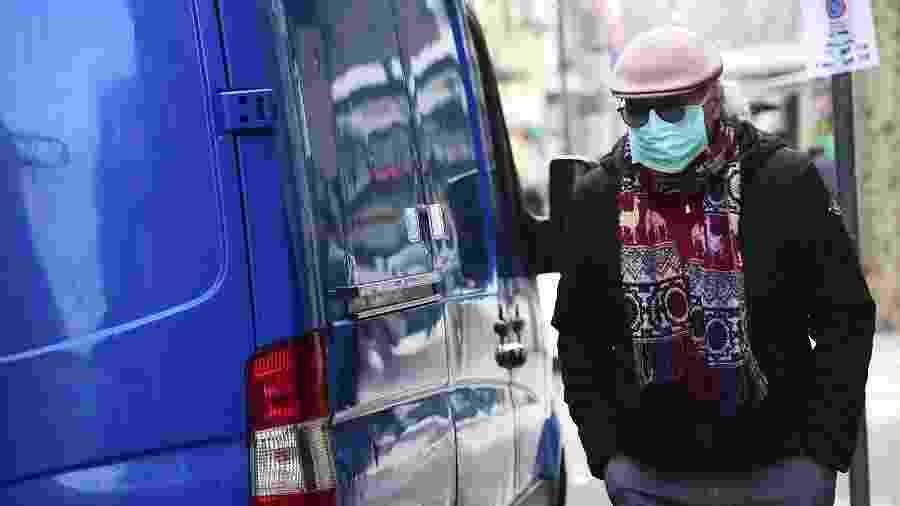 9.mar.2020 - Homem usando máscara caminha em Turim, no norte da Itália; país é o mais atingido da Europa pelo coronavírus - Massimo Pinca/Reuters