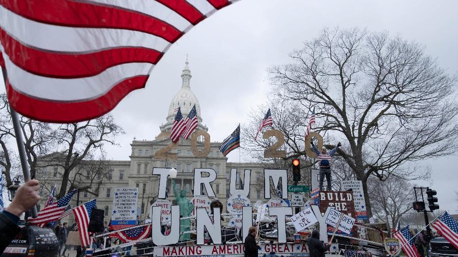 Manifestantes protestam em frente ao Capitólio contra a prorrogação da ordem de isolamento no estado do Michigan, EUA - Seth Herald/Reuters