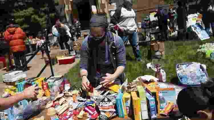 Moradores de Minnesota organizam doações de alimentos e bebidas em manifestação pacífica na Igreja Luterana da Santíssima Trindade - Getty Images - Getty Images