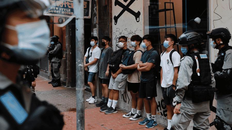 01.jul.2020 - Jovens são revistados pela polícia após realizarem manifestação em Hong Kong; ato é contra nova lei nacional - Tyrone Siu/Reuters