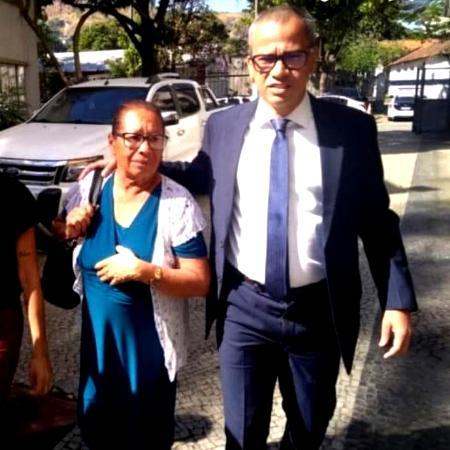 Angelo Máximo, advogado da família do pastor, com a mãe de Anderson do Carmo - Reprodução/Instagram