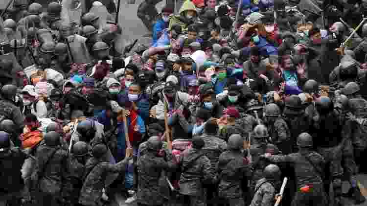 As forças de segurança da Guatemala confrontaram membros da enorme caravana que tentava chegar aos EUA no fim de semana - Reuters - Reuters