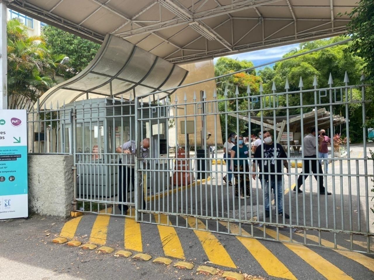 Portões fecham para dar início ao segundo dia de prova do Enem na PUC-Rio, zona sul da cidade - Tatiana Campbell/UOL