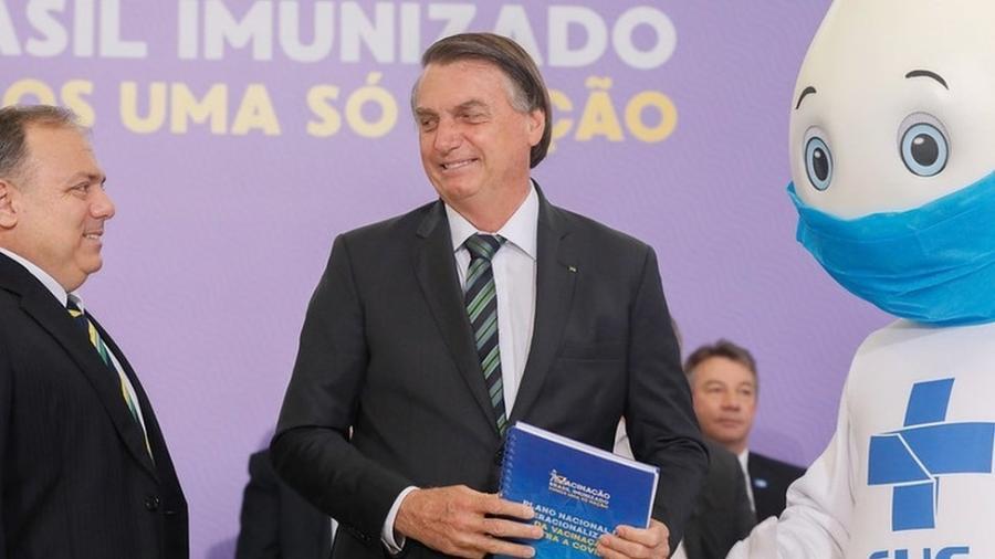 O presidente Jair Bolsonaro, o ministro da Saúde, Eduardo Pazuello e o personagem Zé Gotinha durante anúncio do plano de vacinação contra a covid-19, no ano passado - 16.dez.2020 - Isaac Nóbrega/PR