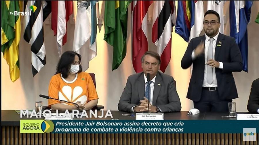 """Bolsonaro ao lado de Damares Alves durante o lançamento do """"Maio Laranja"""". Em discurso, fez acusações sem nomes e contou mentiras sobre incentivo à pedofilia em governos passados - Reprodução"""