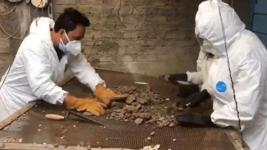 Investigação ocorre sob chão de concreto da casa do suspeito - Reprodução/Twitter