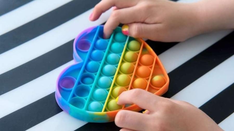 Brinquedos sensoriais ativam diversos sentidos, como tato, visão e audição - Getty Images