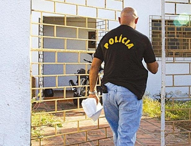 Policial entra em casa vazia na periferia de Natal (RN). Ao tentar resgatar uma bola de futebol caída no quintal da casa, três adolescentes, de 13, 14 e 15 anos, e uma criança de quatro anos encontraram, na tarde de 29 de julho de 2006, uma bolsa com dinheiro furtado do Banco Central em Fortaleza (CE) em agosto de 2005. O furto foi o maior da história do país. Foram levados R$ 164,8 milhões da caixa-forte, por um túnel. O dinheiro estava em uma bolsa preta, num cômodo destrancado nos fundos da casa