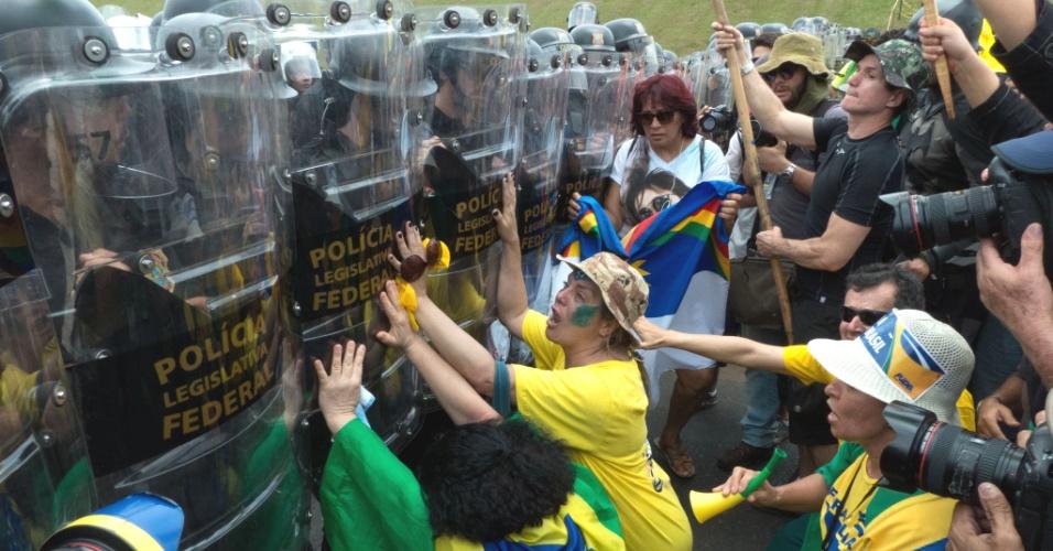 15.nov.2015 - Manifestantes a favor do impeachment da presidente Dilma Rousseff pressionam cordão montado por agentes da Polícia Legislativa Federal durante protesto em frente ao Congresso Nacional, na Esplanada dos Ministérios, em Brasília, neste domingo, 15
