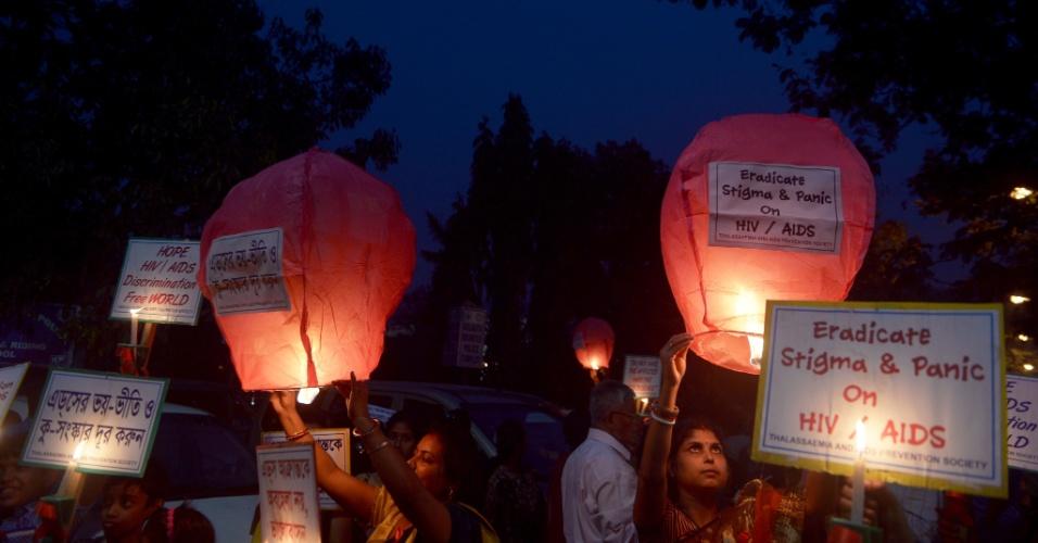 30.nov.2015 - Crianças e ativistas sociais fazem manifestação sobre conscientização sobre a Aids, em Calcutá, na Índia. No dia 1º de dezembro é celebrado o Dia Mundial de Luta contra a Aids, em todo o mundo