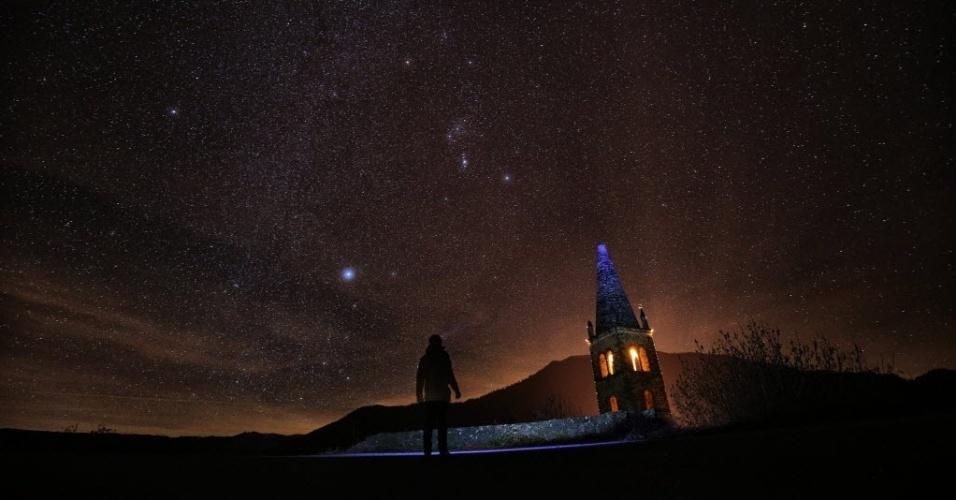 12.dez.2015 - Fotógrafo prepara-se para tirar fotos da chuva de meteoros Gemínideas no Valle Maira, em Cuneo, na Itália