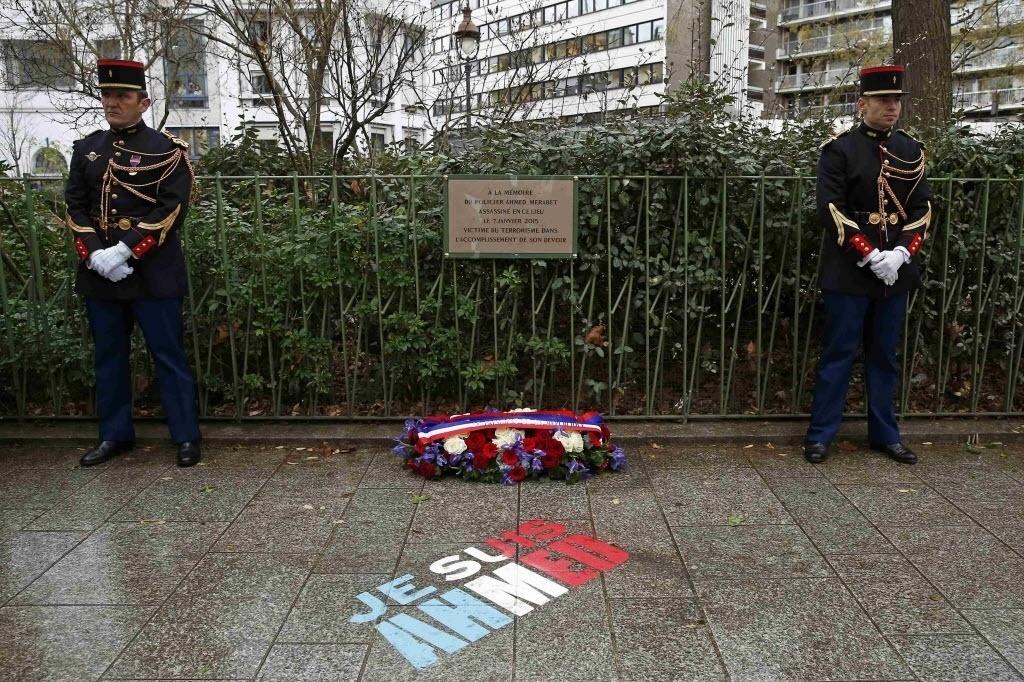 """5.jan.2016 - Uma placa comemorativa é instalada no local onde o policial Ahmed Merabet foi morto no ano passado, durante ataque de militantes islâmicos contra a publicação satírica """"Charlie Hebdo"""", em Paris, na França. Os franceses farão várias cerimônias nesta semana em homenagem às vítimas dos atentados de 7 a 9 de janeiro de 2015"""