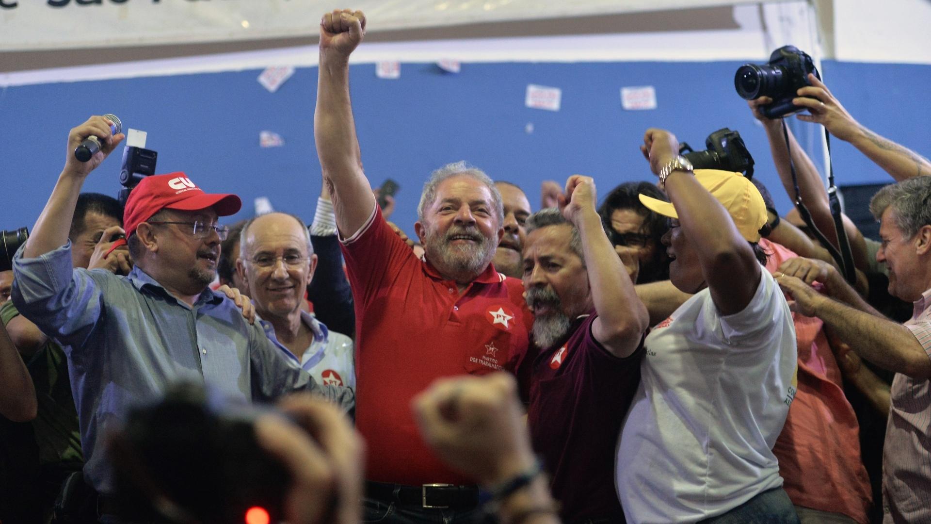 """4.jan.2016 - O ex-presidente Luiz Inácio Lula da Silva (PT) convocou as ruas em seu discurso a militantes no Sindicato dos Bancários, em São Paulo (SP). Após ser forçado a prestar depoimento na Polícia Federal e ser alvo da 24ª fase da Operação Lava Jato, Lula afirmou que está disposto a viajar do Norte a Sul do Brasil a partir de segunda. """"Se precisam de alguém para animar nossa tropa, o animador está aqui"""", declarou"""