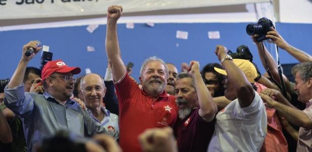Sob coro de militantes, Lula anuncia que volta à carreira política - Nelson Almeida/AFP