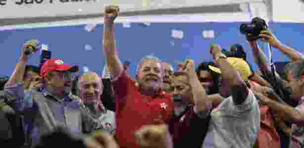 Ex-presidente Luiz Inácio Lula da Silva (PT) foi recebido com abraços de simpatizantes na porta de sua casa, em São Bernardo do Campo (SP) - Nelson Almeida/AFP