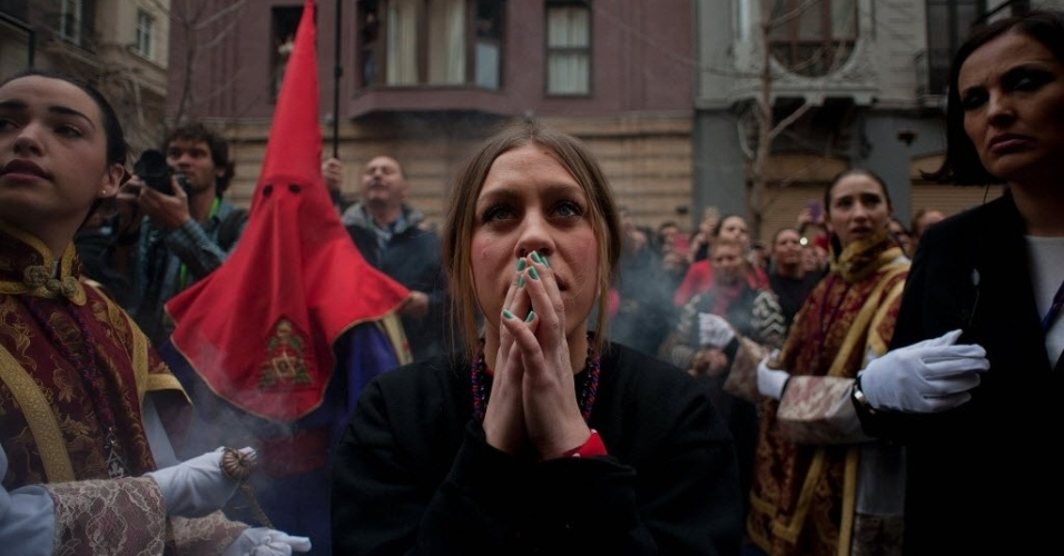 """23.mar.2016 - Jovem reza durante o """"Cristo de los Gitanos"""", cerimônia realizada pelos fiéis da Irmandade de los Gitanos para celebrar a Semana Santa, em Granada, na Espanha"""