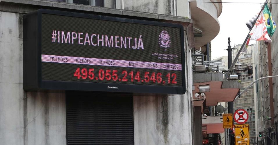 """28.mar.2016 - Painel do Impostômetro exibe a mensagem """"Impeachment Já"""", na sede da Associação Comercial de São Paulo (ACSP), na região central da cidade"""