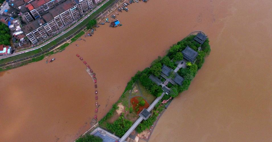18.abr.2016 - Foto aérea mostra o aumento do nível do rio Xiangjiang, na cidade de Hengyang, região central da China. As águas subiram devido às fortes chuvas que atingem a região nos últimos dias. O mau tempo afetou cerca de 390 mil pessoas e já deixou pelo menos quatro mortos