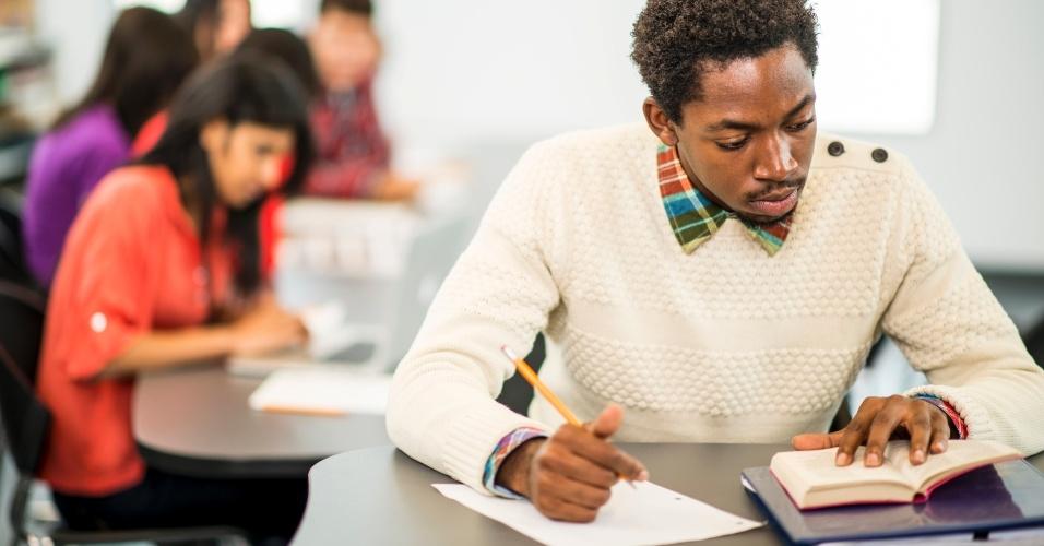 concurso público, concurso, exame, prova, teste, homem negro, homem estudando