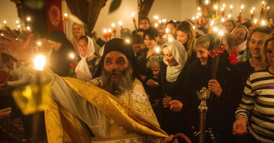 1º.mai.2016 - Cristãos ortodoxos carregam velas em procissão noturna em celebração à Páscoa em monastério de Mavrovo, na Macedônia. A Igreja Ortodoxa do país a Páscoa é celebrada de acordo como calendário juliano
