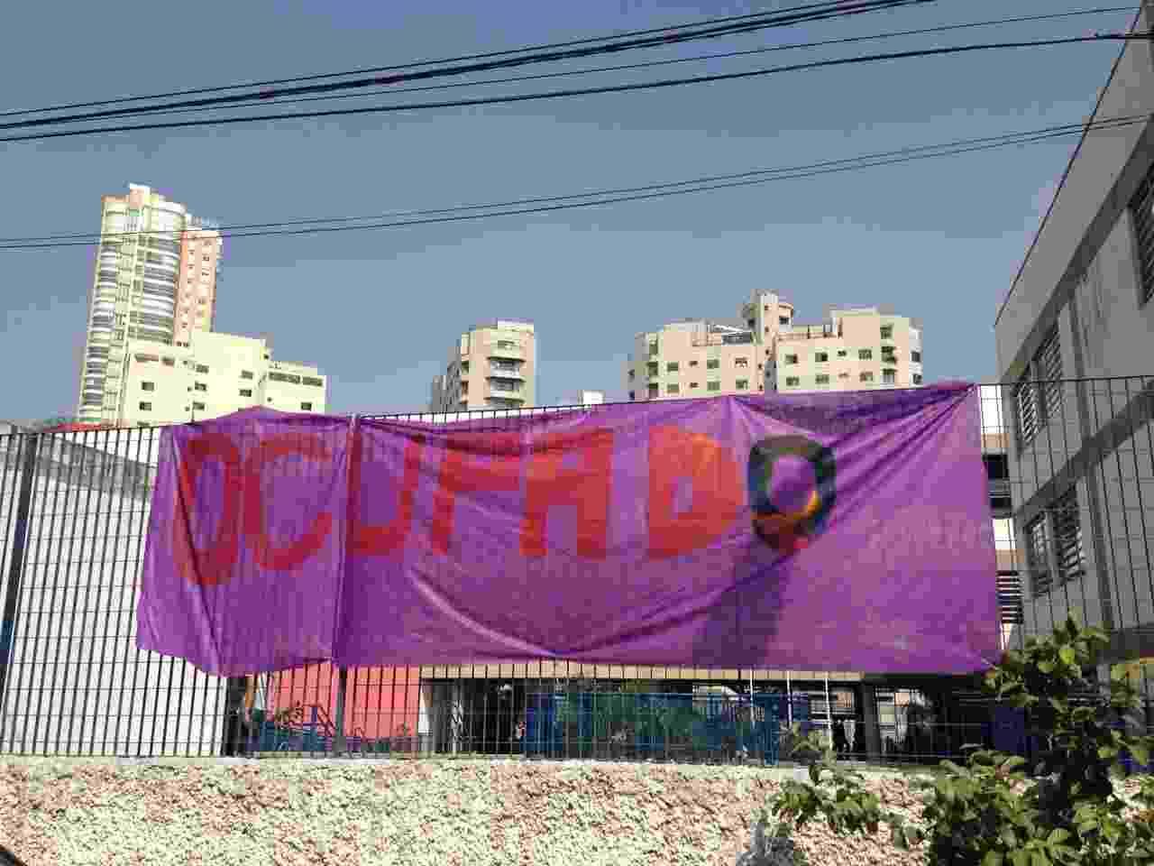 04.mai.2016 - Estudantes da Etec Mandaqui, localizada em Santana, decidiram ocupar o local por volta das 6h20. Eles protestam contra a falta de merenda nas Etecs (Escolas Técnicas Estaduais de São Paulo) e desvios de verbas na educação - Hugo Araújo/UOL