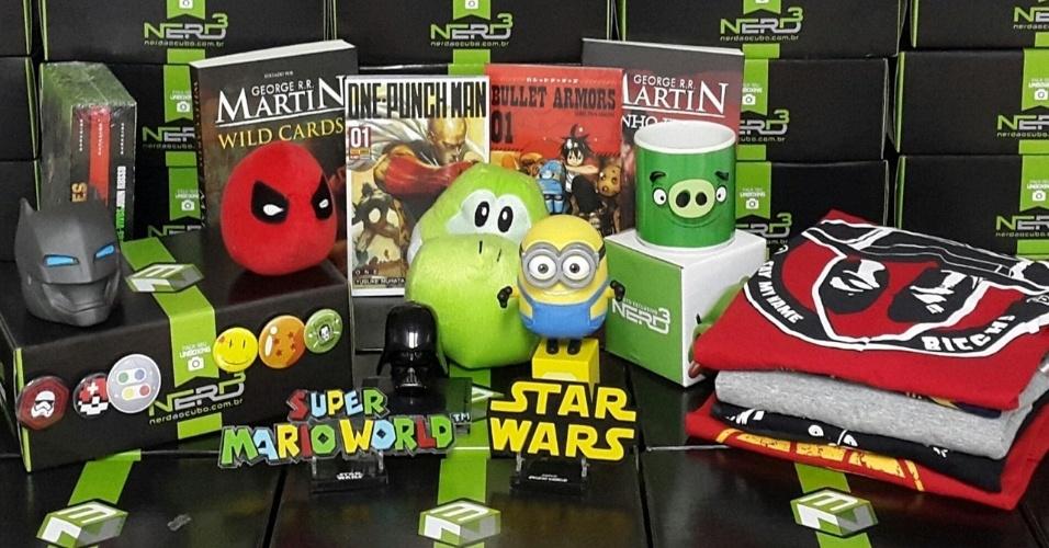 """Bonecos de animações como """"Angry Birds"""" e """"Meu Malvado Favorito"""", busto do vilão Darth Vader, da saga Star Wars, e livro da literatura nerd são alguns dos itens que compõem as caixas do clube de assinatura do site Nerd ao Cubo"""